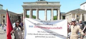Protest gegen den IHK Zwang vor dem Brandenburger Tor in Berlin