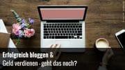 Frau schreibt auf Laptop im eigenen Blog